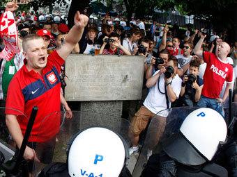"""Перед началом матча у """"Национального стадиона"""" в Варшаве. Фото Reuters"""