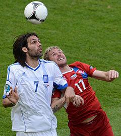 Эпизод матча Греция – Чехия. Фото  (c)AFP .   Открыть фотогалерею Победа за шесть минут