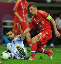 Андрей Аршавин (в красном) против защитника сборной Греции. Фото РИА Новости, Владимир Песня