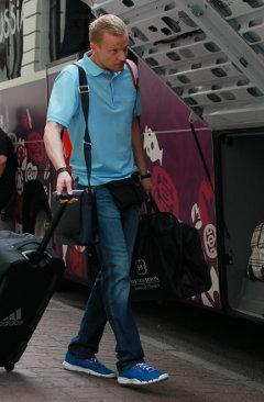 Голкипер Вячеслав Малафеев во время отъезда сборной из отеля Бристоль