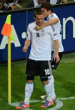 Лукаш Подольски радуется забитому голу. Фото (c)AFP