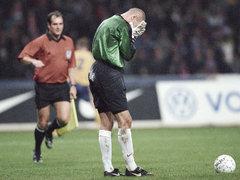 Александр Филимонов после мяча от сборной Украины, 9 октября 1999 года. Фото РИА Новости, Владимир Вяткин