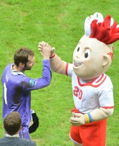 Петр Чех прощается с талисманом Евро-2012. Фото (c)AFP