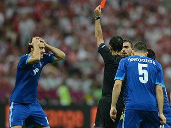 Сократис Папастатопулос получает красную карточку. Фото (c)AFP