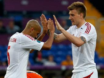 Игроки сборной Дании Симон Поульсен и Никлас Беннтнер в матче против Нидерландов. Фото Reuters