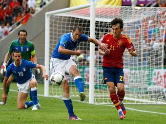 Эпизод матча Испания - Италия. Фото Reuters
