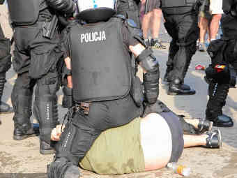 Задержание болельщика в Варшаве. Фото <a href=&quot;http://www.gazeta.pl/0,0.html&quot; target=&quot;_blank&quot;>Gazeta.pl</a>