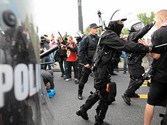 Столкновение полиции и участников беспорядков в Варшаве. Фото с сайта <a href=http://www.gazeta.pl/0,0.html target=_blank>gazeta.pl</a>