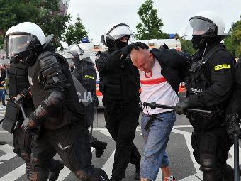 Полиция задерживает одного из польских хулиганов. Фото РИА Новости, Владимир Песня
