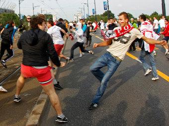 Драка между российскими и польскими болельщиками в Варшаве. Фото Reuters
