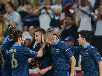 Сборная франции празднует второй гол