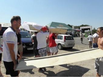 Английские болельщики в Донецке собирают гроб. Фото <a href=http://www.ostro.org/ target=_blank>&quot;Остров&quot;</a>