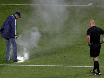 Файер, брошенный на поле в матче Россия - Чехия. Фото Reuters
