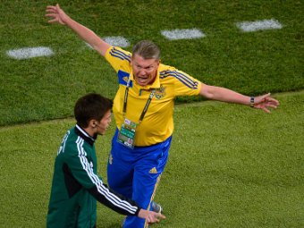 Олег Блохин беседует с резервным судьей во время матча с Англией. Фото Reuters