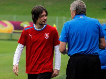 Томаш Росицки и врач сборной Чехии. Фото Reuters