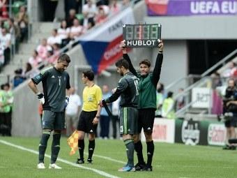Замена Костаса Халкиаса (номер 1) в матче сборных Греции и Чехии