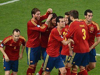 Футболисты сборной Испании празднуют первый гол в ворота сборной Франции. Фото (c)AFP