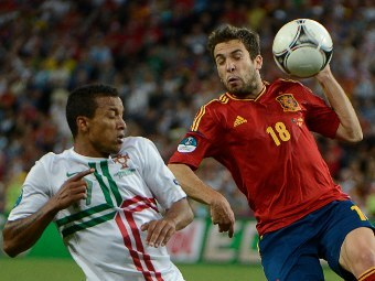 Эпизод матча Португалия - Испания. Фото (c)AFP