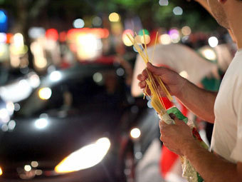 Берлинский болельщик с пачкой спагетти. Фото (c)AFP
