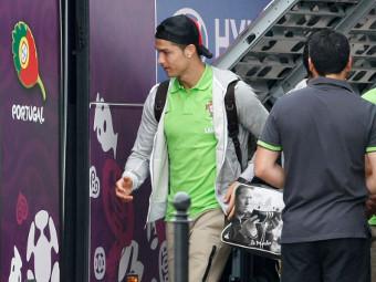 Роналду покидает польский отель. Фото Reuters