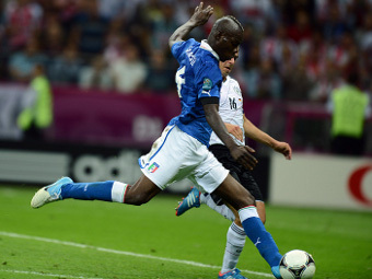 Марио Балотелли в матче с Германией. Фото (c)AFP