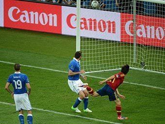 Давид Сильва забивает гол в ворота сборной Италии. Фото (c)AFP