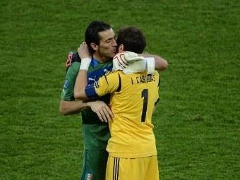 Лучшие вратари Евро-2012, Икер Касильяс и Джанлуиджи Буффон, фото (c)AFP