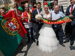 Португальские болельщики отмечают свадьбу во Львове. Фото Reuters