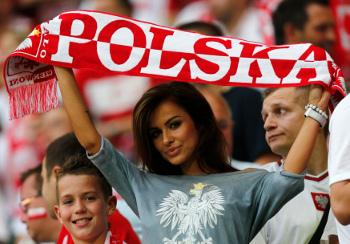 Судя по тем лицам, которые камера выхватывает из огромной толпы на стадионе, польские болельщицы прекрасны. Посмотрите сами