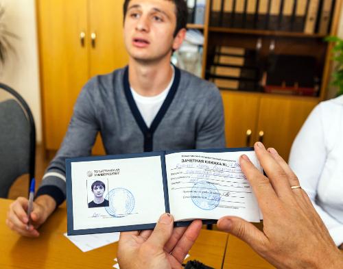 В перерыве мы можем увидеть, например, как Алан Дзагоев защищает диплом