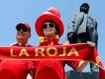 Испанские болельщики на фоне памятника Владимиру Ильичу Ленину. Фото Reuters
