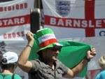 Болельщик сборной Италии на фоне английских флагов. Фото (c)AFP